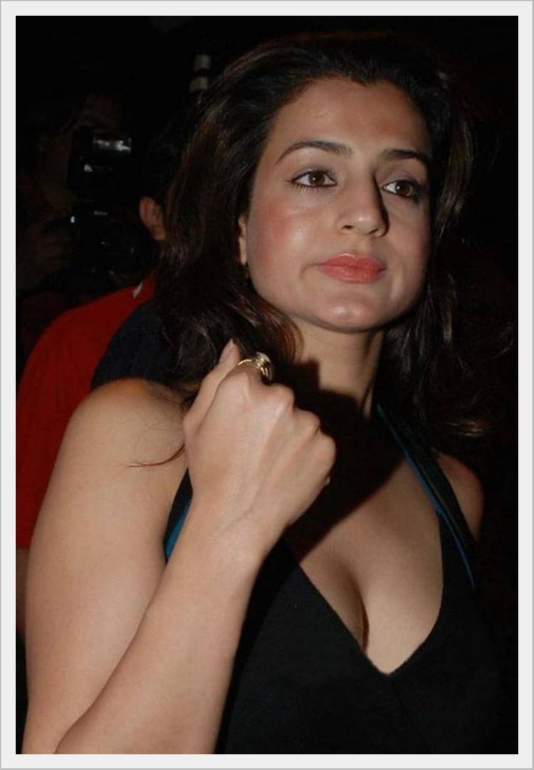 Hot amisha patel cleavage