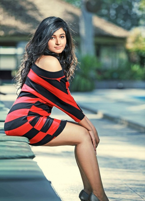 Poonam Bajwa sexy pose :Hot ass and milky thighs